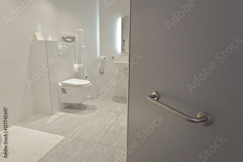 Foto salle de bain équipée pour personnes handicapées