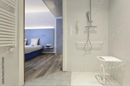 Fotografia salle de bain douche équipée pour personnes handicapées