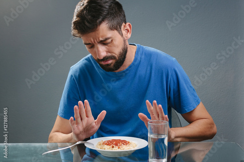 Fotografia Portrait of man with no appetite in front of the meal