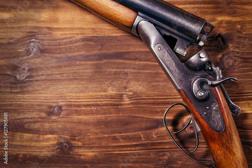 Fotografia Shotgun on wooden background