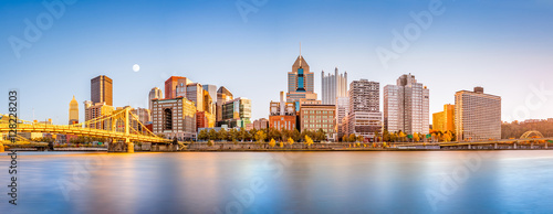 Tablou Canvas Long exposure of Pittsburgh downtown skyline and Roberto Clemente bridge, on a sunny afternoon, as viewed from North Shore Riverfront Park, across Allegheny River