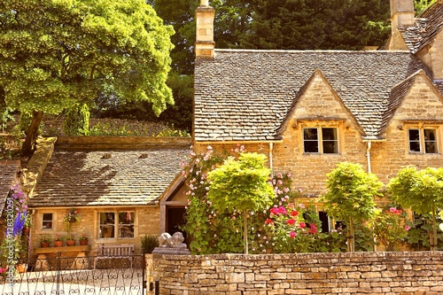 Foto English Country Cottage in the sunshine in Cotswolds, England, UK
