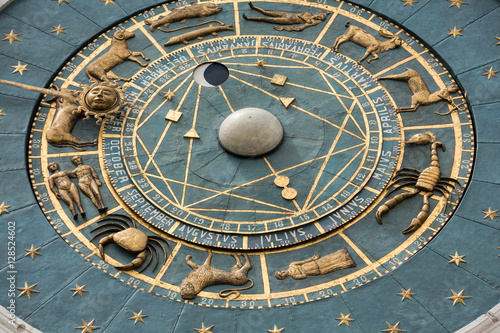 Fotografia Clock tower building of medieval origins overlooking Piazza dei Signori in Padov