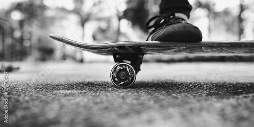 Photo Young Woman Skateboard Standing Outdoors Bridge Concept