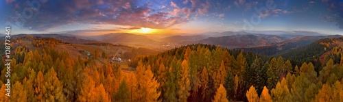 Fototapeta premium Kolorowy zachód słońca w górach