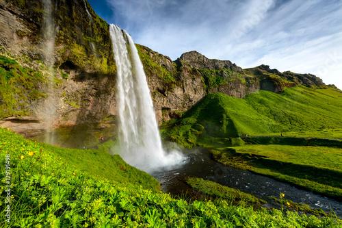 Fototapeta premium Seljalandsfoss, jeden z najbardziej znanych islandzkich wodospadów
