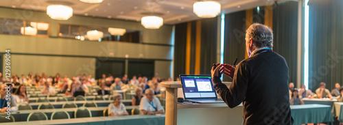 Fotografia Casualy dressed senior professor giving talk at scientific conference
