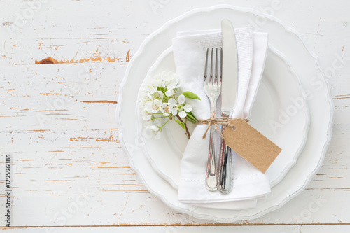 Fotografia Spring table setting with white flowers