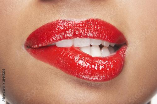Fotografia Closeup of sensuous woman biting red lips
