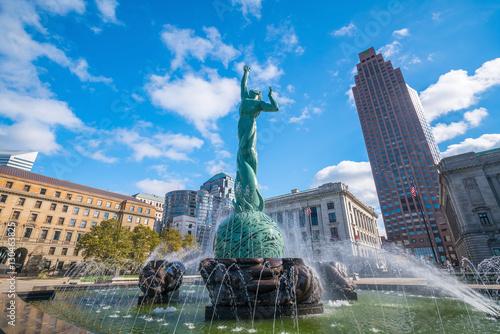 Obraz na plátně Downtown Cleveland skyline and Fountain of Eternal Life Statue