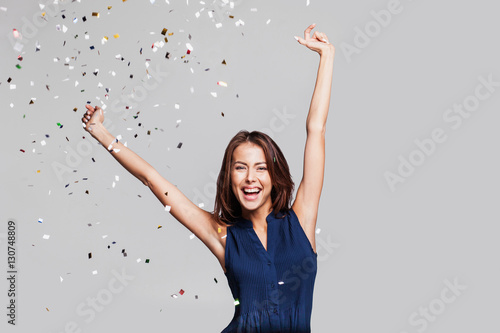 Fotografia Beautiful happy woman at celebration party with confetti falling everywhere on her