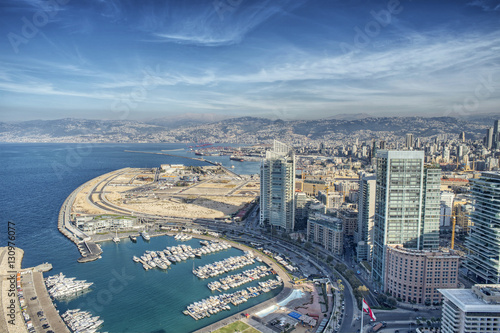 Fototapeta premium Widok z lotu ptaka na Bejrut, Liban, miasto Bejrut, krajobraz miasta Bejrut