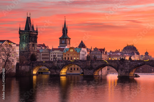 Foto Charles Bridge in Prague with nice sunset sky in background, Czech Republic