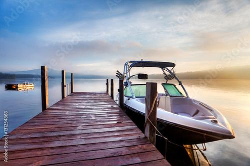 Fotografia Sun and mist on a Summer New Hampshire boat dock at sunrise
