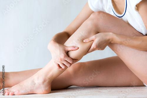脹脛をマッサージする女性 Fototapeta