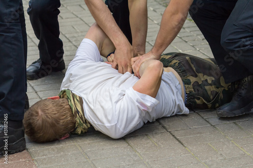 Fotografía Police used physical force to the suspected person