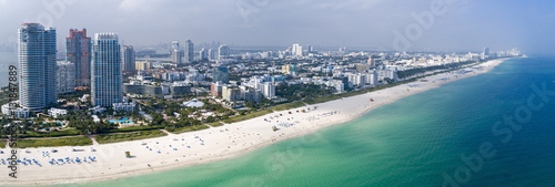 Fototapeta premium Miami South Beach Aerial Panorama Tourist Destination Sunny Day Hotels i Green Ocean Water