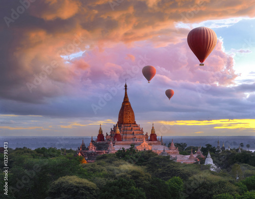 Foto Balloon flying over bagan pagoda at sunset scenery in Myanmar