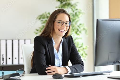Foto Geschäftsfrau mit den Gläsern, die im Büro aufwerfen