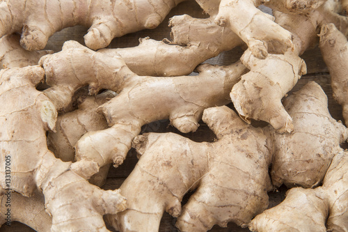 Canvastavla Ginger root on wooden table - Zingiber officinale