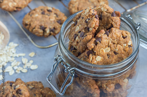 Fotomural Flourless gluten free peanut butter, oatmeal and chocolate chips cookies in glas