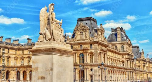 Canvas Print PARIS, FRANCE - JULY 08, 2016 : Louvre museum in Paris with tour