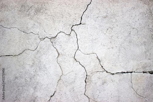 popękana betonowa ściana pokryta szarą cementową teksturą jako backgr