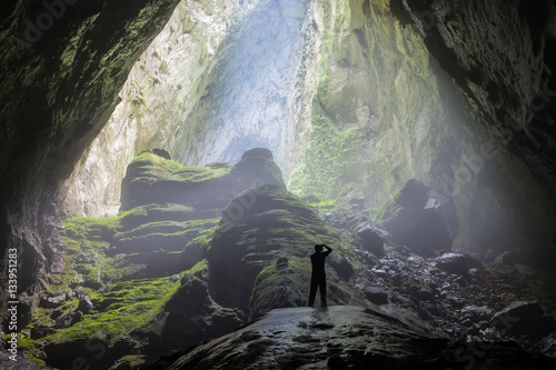 Fotografia Mystery misty cave entrance in Son Doong Cave, the largest cave in the world in