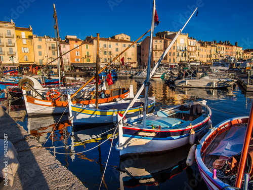 Fotografia Saint Tropez harbor, the jet setting town of the French Riviera made famous by Brigitte Bardot