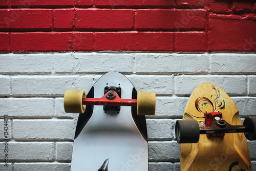 Canvas Print Two longboards at the brick wall