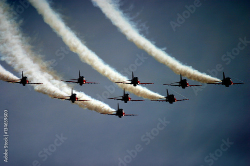 Fotografia Czerwonych strzała pokazu aerobatic drużyna w jastrzębia strumieniach przy UK po