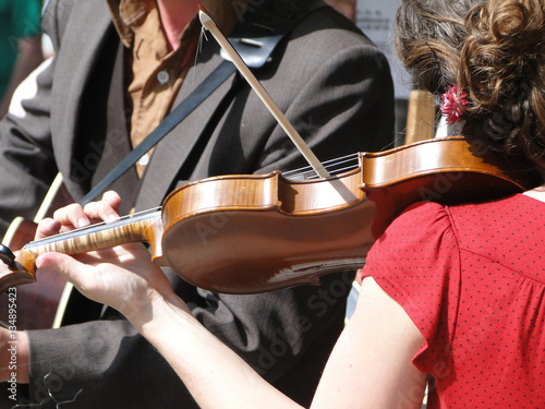 Tablou Canvas SEATTLE - MAY 15 -  Female violinist plays with her band  at the U District Stre
