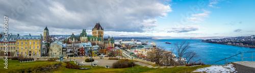 Fototapeta premium Panoramiczny widok na panoramę miasta Quebec z Chateau Frontenac i rzeką Świętego Wawrzyńca - Quebec City, Quebec, Kanada