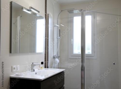 Fotografia salle de bain moderne, douche à l'italienne