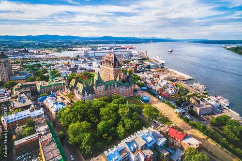 Fototapeta premium Widok z lotu ptaka na słynny hotel Chateau Frontenac w starym mieście Quebec w Kanadzie.