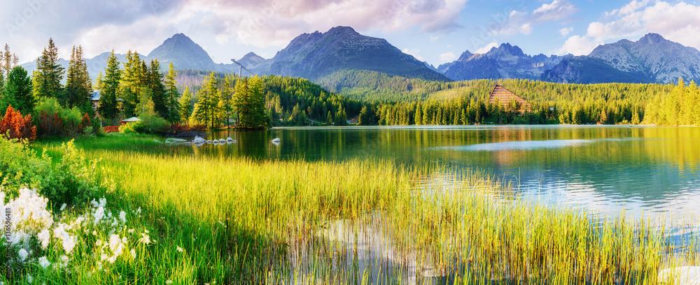 Majestatyczne górskie jezioro w Parku Narodowym Wysokie Tatry. Szczyty Szczyrbskie <span>plik: #136596481 | autor: standret</span>