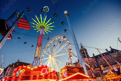 Carta da parati amusement park carousel