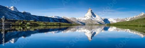 Fototapeta premium Panorama Stellisee i Matterhorn w Szwajcarii