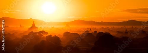 Fotografia Panorama Sunset over temples in Bagan, Myanmar