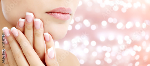 Photographie Beautiful young woman with healthy skin and french manicure