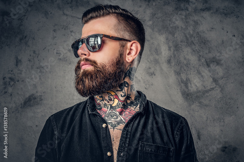 Fotografia A man with tatoos on his arms.