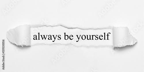 Zawsze bądź sobą na białym rozdartym papierze Fototapeta
