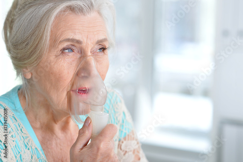 Fotografia Sick elderly woman making inhalation