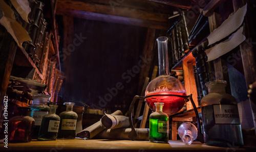 Photo Medieval alchemist laboratory with various kind of flasks in Prague, czech repub