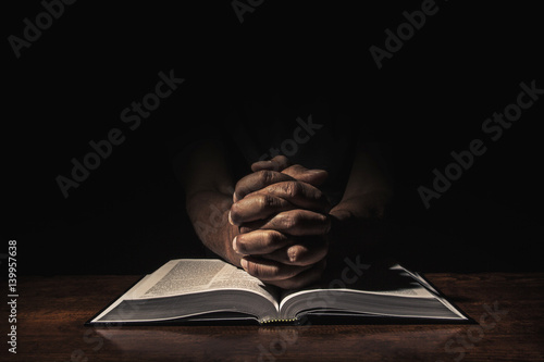 Carta da parati Praying in the dark