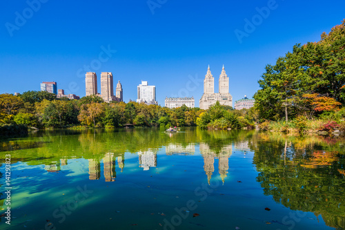 Cuadros en Lienzo Central park at Autumn sunny day, New York City