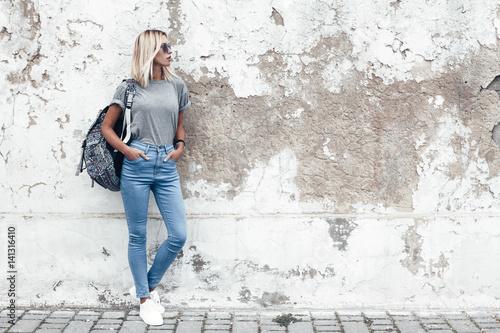 Fotomural Model posing in plain tshirt against street wall
