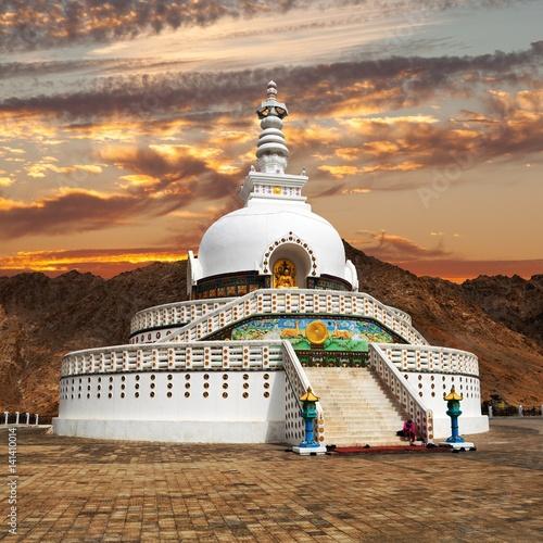 Photo Evening sunset view of Tall Shanti Stupa near Leh