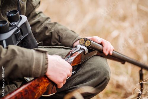 Fotografia hunter loading rifle in a winter forest