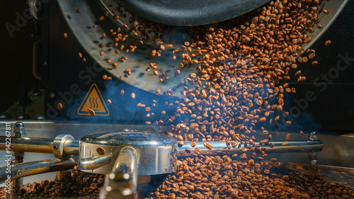 Slika na platnu Mixing roasted coffee